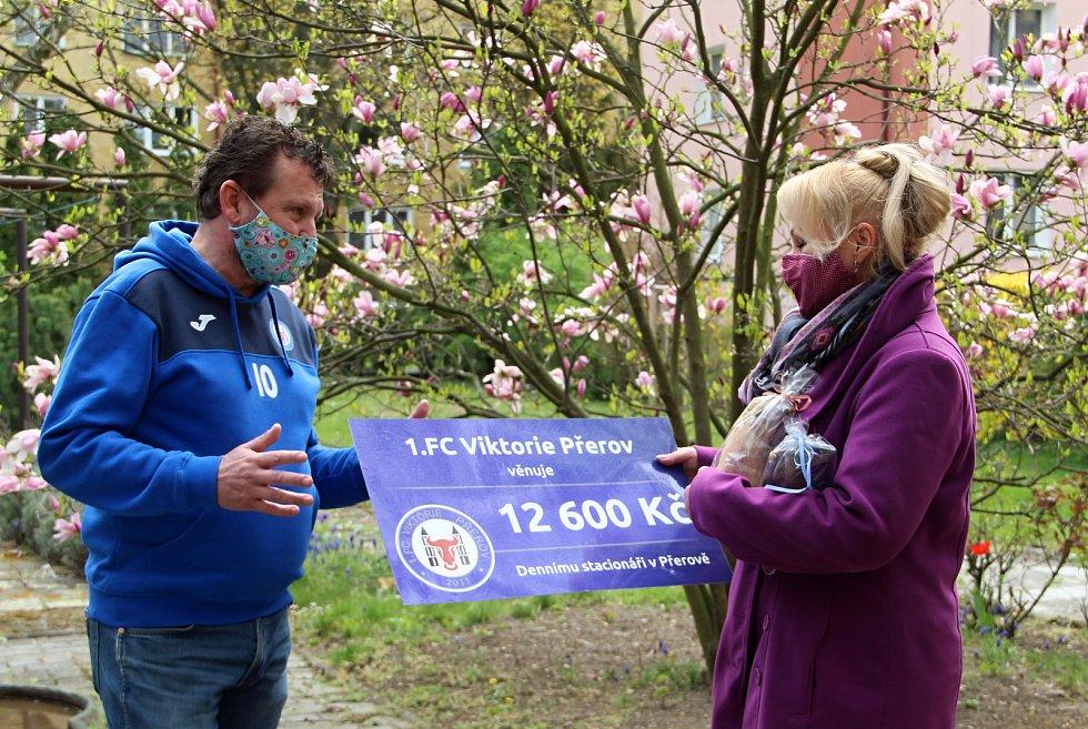 Fotbalisté 1. FC Viktorie Přerov pomáhají potřebným. Břetislav Holouš předává šek vedoucí denního pobytu Evě Páleníkové