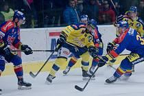 Hokejisté Přerova (ve žlutém) proti Českým Budějovicím (4:5).