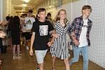 Na Základní škole U Tenisu v Přerově se rozloučili s deváťáky dlouhým potleskem žáci všech tříd.