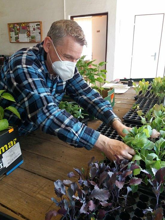 Zahradnictví v areálu Střední zemědělské školy v Přerově zaznamenalo v posledních dnech velký nápor lidí.