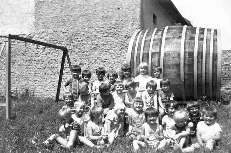 Svépomocí občanů byla zbudována mateřská škola v Tučíně roce 1967. Od roku 1993 se stala samostatným právním subjektem. Na fotografii je v pozadí vidět dřevěný pivní sud.