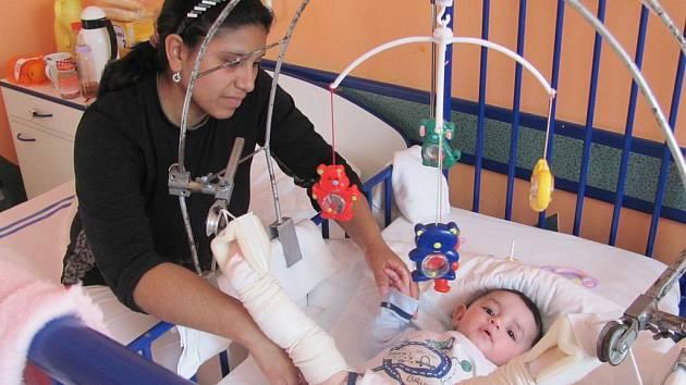 Naděžda Pompová s dcerkou Sofinkou leží nyní na dětském oddělení přerovské nemocnice na takzvané trakci. Malou pacientku, která se narodila s vadou kyčlí, čeká lékařský zákrok v Brně