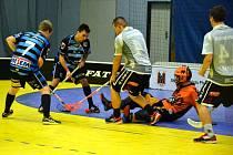 Florbalisté Přerova (v tmavě modré) v utkání proti Hluku