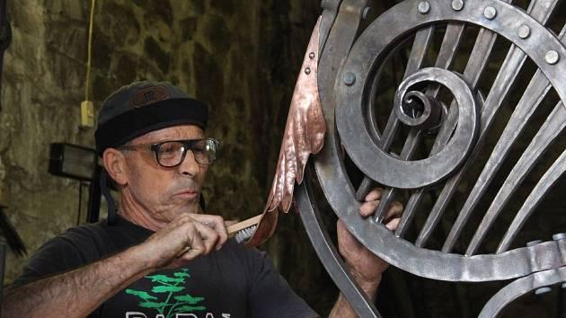 Čtveřice kovářů z Palestiny pracuje na Helfštýně na svém díle