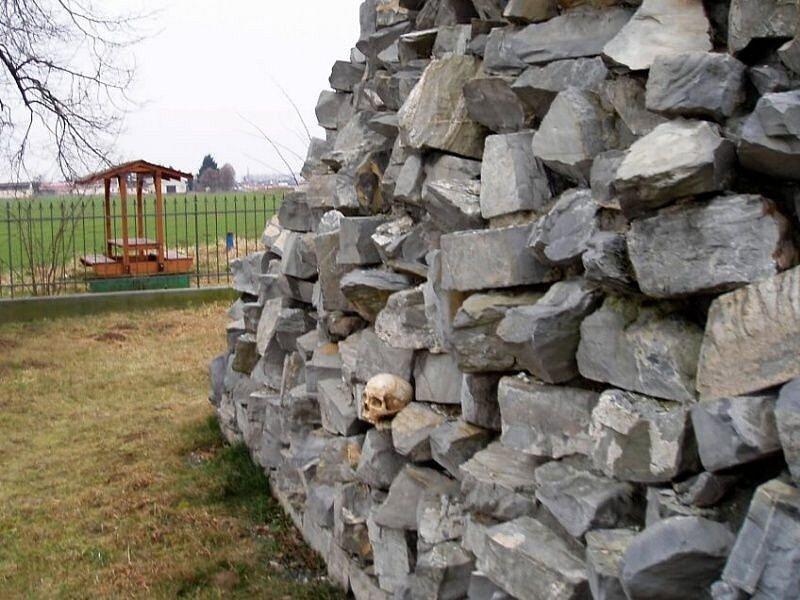 Lidská lebka u pomníku války roku 1866 v Tovačově