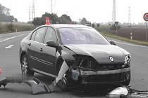Na křižovatce u Říkovic se v pátek srazila dvě auta. Škoda dosahuje 150 tisíc korun.