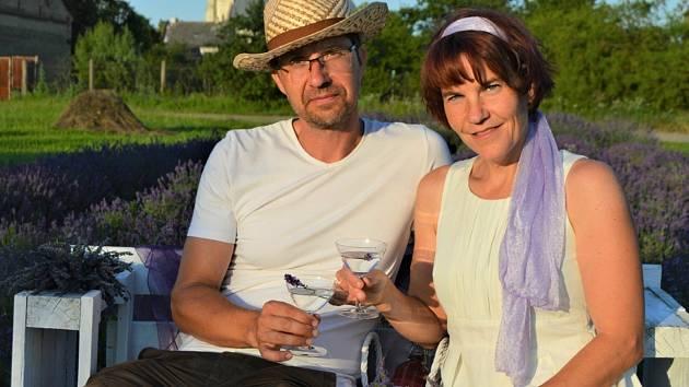 Manželé Novákovi obhospodařují menší políčko v Bochoři a vyrábějí levandulové produkty.