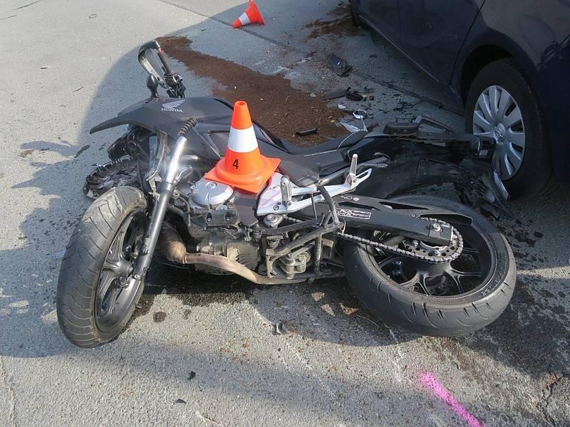 Zběsilý úprk dvaatřicetiletého motorkáře, kterého se snažili v sobotu zkontrolovat policisté v Lipníku nad Bečvou, skončil nehodou.