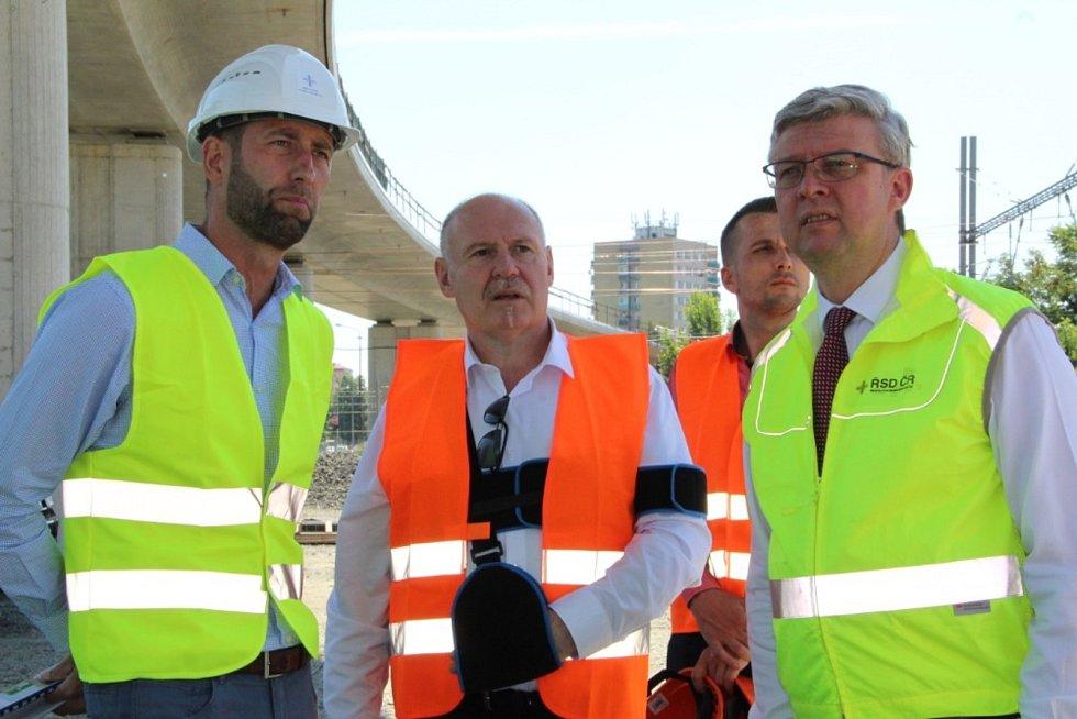 Šéf olomoucké správy ŘSD Martin Smolka (na snímku zcela vlevo) během návštěvy ministra dopravy Karla Havlíčka v Přerově. Ten se přijel v létě 2020 podívat na to, jak pokračuje stavba mimoúrovňového křížení v Předmostí.
