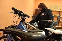 Cyklistická sezona začíná. Novou službu nabízí České dráhy, které v Přerově otevřely půjčovnu kol, naopak zaparkovat své kolo mohou lidé v cyklověži.