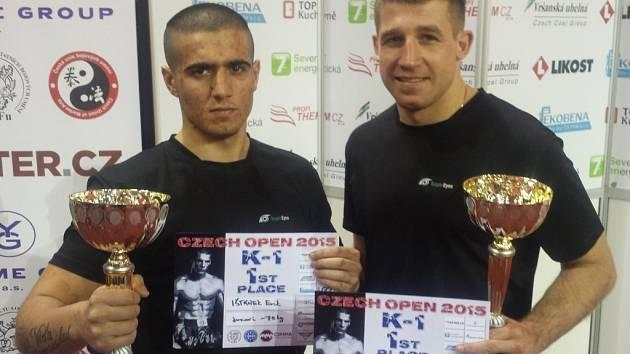 Přerovský kickboxer Erik Ištánek a Ondřej Srubek (zleva) s poháry z Czech Open 2015