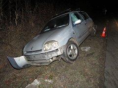 Řidička automobilu značky Renault při jízdě nezvládla řízení a s vozidlem vyjela mimo komunikaci.