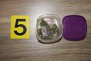 Materiál nalezený u zadržených dealerů drog v Přerově