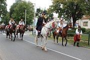 Velkolepý průvod krojovaných Hanáků městem a Ječmínkova jízda králů - takový byl vrchol Kojetínských hodů, které trvaly tři dny. Průvod si nenechaly ujít stovky místních lidí.