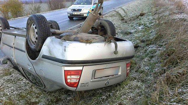 Na střeše skončil také řidič osobního auta, který ráno boural ve Staré Vsi