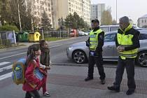 Policisté se tento týden zaměřili na bezpečné přecházení dětí u základních škol v Přerově. Jedno ze stanovišť bylo ve středu i před školou v Hranické ulici v Předmostí.
