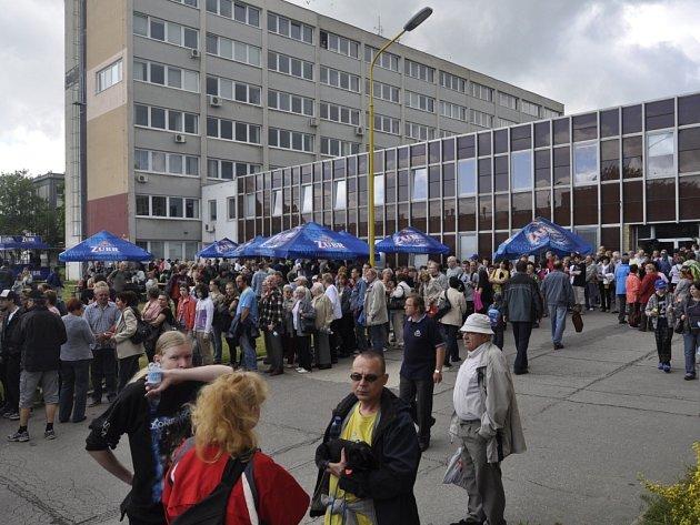 Na Den otevřených dveří přišli nejen bývalí a současní zaměstnanci firmy se svými rodinami, ale o prohlídku provozů, které byly zpřístupněny zcela výjimečně, měli zájem i lidé z okolních měst – Olomouce, Prostějova nebo Zlína.