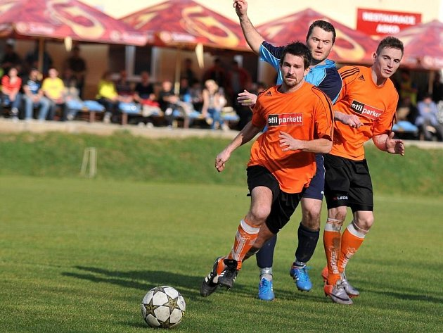 Fotbalisté Kozlovic (v oranžovém)