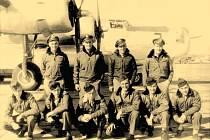 """Na snímku posádka """"Kokorského Liberátoru"""" 69, sestřeleného v bitvě nad obcí 17. 12. 1944. Letoun dopadl na kokorský katastr. Tři letci zahynuli, sedm vyskočilo padákem a byli zajati. Jeden ze střelců se skrýval až do konce války v brodeckém cukrovaru."""