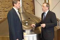 Krajští radní v přerovském pivovaru Zubr - hejtman Tesařík vpravo