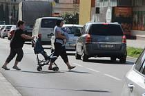 Zobousměrnění Palackého ulice je možná úlevou pro řidiče - starší lidé nebo maminky s dětmi ale mají velký problém při přecházení rušné silnice.  Zrušeny byly totiž dva přechody pro chodce.