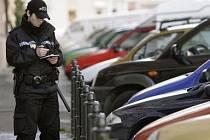 V UTAJENÍ. Soukromá auta policistů označená služebními znaky nechávají strážníky v klidu. Žádnou výjimku však nemají.