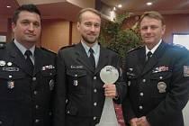 Vojtěch Školudík (uprostřed), policista z Lipníku nad Bečvou převzal ocenění na Čin roku 2014