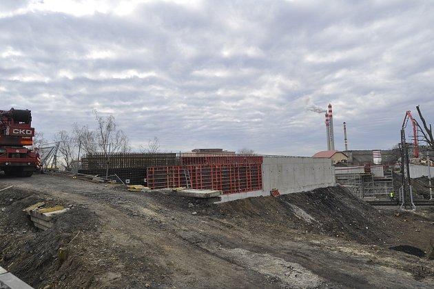 Stavební práce na výměně Dluhonských mostů nad železniční tratí v Přerově
