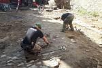 Preparace a detektorová prospekce vúrovni renesanční dlažby na nádvoří hradu Helfštýna