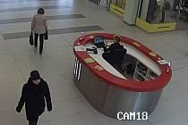 Přerovští policisté žádají svědky, kteří by mohli poskytnout bližší informace k černě oděné ženě na snímku. Při odchodu z Galerie Přerov nesla v ruce kabelku okradené ženy.