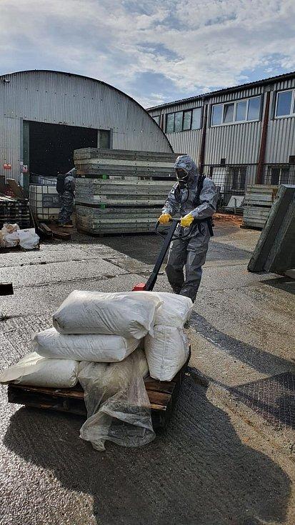 Následky úniku zhruba tisíc litrů síranu železitého v průmyslovém areálu v Lobodicích likvidovali profesionální hasiči z Přerova a Kojetína. 10. 6. 2021