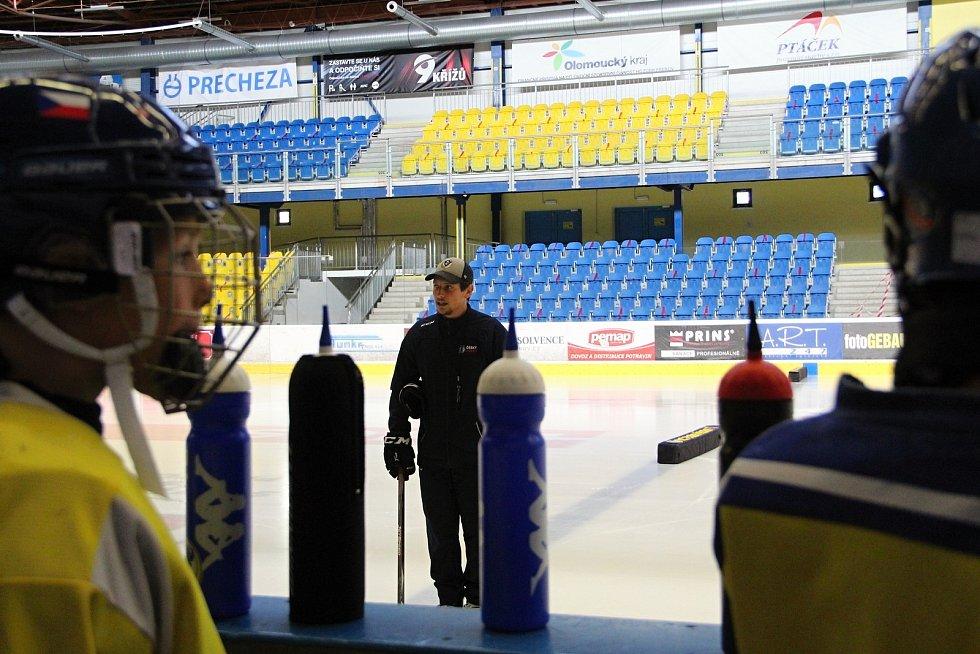 Hokejový trenér přerovské mládeže Vít Černohous usiluje o vítězství v soutěží Díky, trenére.