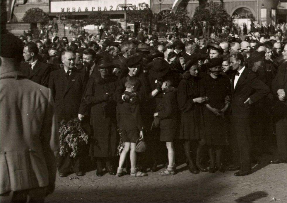 Účastníci smuteční tryzny v podvečer 14. 5. 1945
