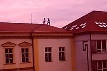Studentky na střeše přerovského Gymnázia Jakuba Škody