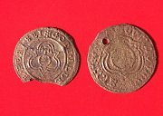 Dva mosazné početní peníze z Norimberka, které našli badatelé při výzkumu na nádvoří zámku v Lipníku nad Bečvou.