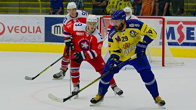 Marek Sikora (u kotouče) patřil k nejlepším hráčům Zubrů v přípravném utkání s Třebíčí (3:2sn).