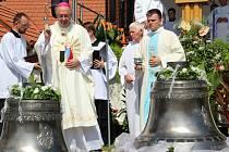 Olomoucký arcibiskup Jan Graubner požehnal dvěma novým zvonům pro renesanční zvonici v Dřevohosticích, 14. 8. 2021