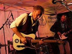 O vydařenou tečku za prvním ročníkem festivalu Hudební léto na hradbách, kterým ožilo každý týden prostranství u sochy Neptuna, se ve čtvrtek postaral skvělý kytarista a zpěvák Will Johns. Britský muzikant je synovcem Erica Claptona.