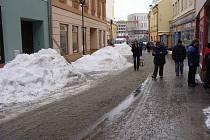 Hromady sněhu v centru