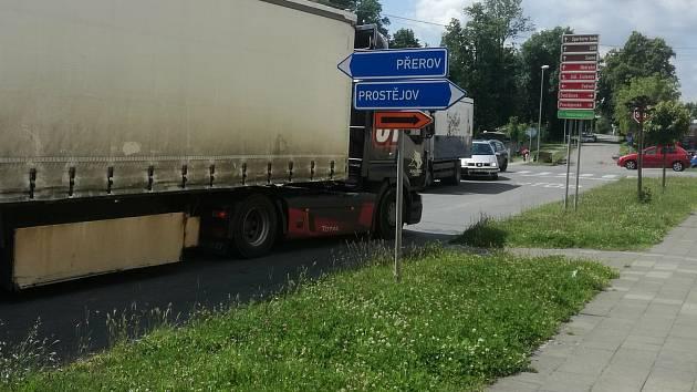 Nadměrná doprava se v Tovačově podepsala i na stavu silnic - jsou na nich výtluky a vyjeté koleje.