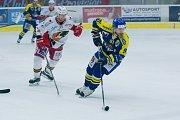 Hokejisté Přerova (v modrém) ve čtvrtém zápase předkola play-off WSM ligy proti Prostějovu zvítězili 4:2 a slavili postup. Roman Pšurný.