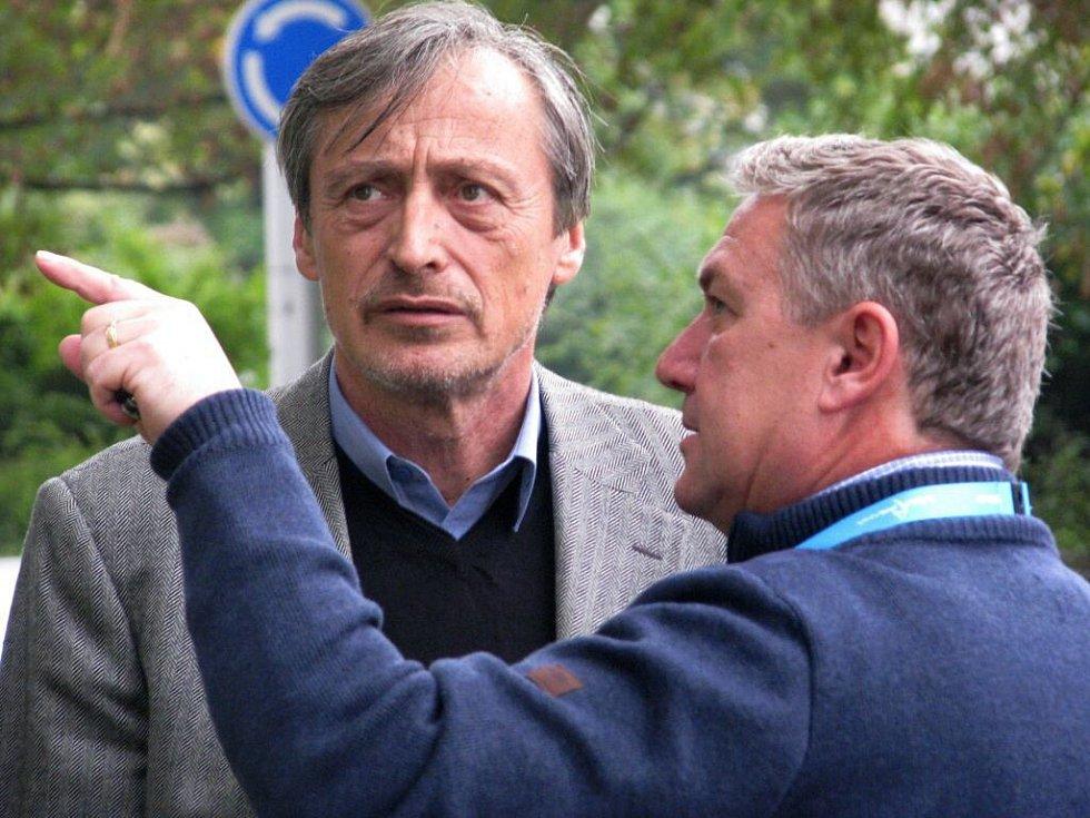 Ministři Prachař a Stropnický u opuštěného hotelu Strojař v Přerově v roce 2014