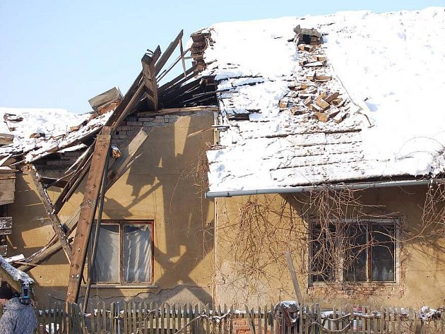 Nánosy těžkého sněhu nevydržela v úterý po poledni střecha rodinného domu ve Věžkách na Přerovsku.