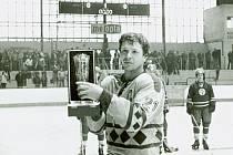 Jaroslav Řezáč přebírá na přerovském zimním stadionu pohár pro přeborníka ČSR v sezoně 1981/1982.