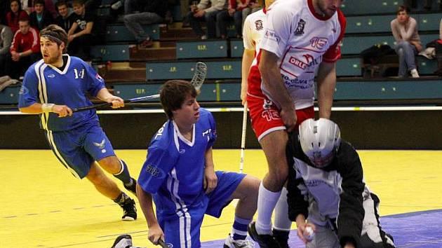 Florbalisté FBC Spartak MSEM Přerov (v modrém)