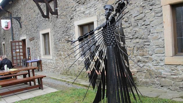 Kovářský virtuos Claudio Bottero – tak se jmenuje sezónní výstava, která začala v sobotu odpoledne na Helfštýně. Představuje dílo autora, navazujícího na rodinnou tradici významné dílny v Torreselle di Piombino Dese nedaleko Padovy.