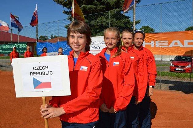 Linda Nosková (v čele) dotáhla dívčí tým České republiky do 14 let k triumfu na prestižním Summer Cupu. Foto: tenniseurope.com