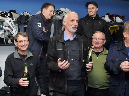 Opravdu slavit budeme, až zajistíme 1.ligu. Manažer Zubrů Lubomír Svoboda (uprostřed).
