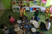 Muzikoterapeutka a arteterapeutka používala k předjarní meditaci šamanské bubny a vytváření mandal