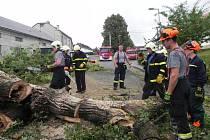 Bouřka s vydatnými dešti, která se ve středu 13. července prohnala Tučínem, za sebou zanechala stopu - k zemi šla více než dvě stě let stará lípa.
